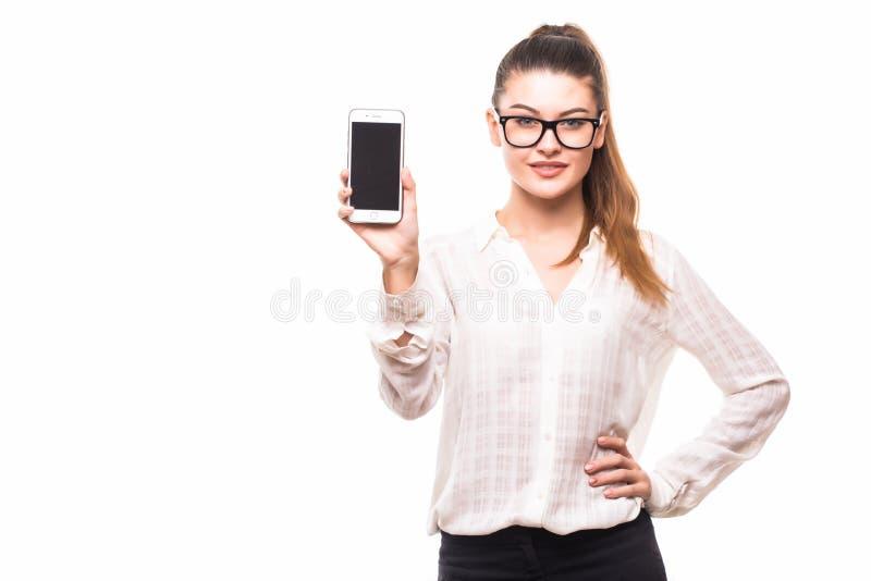 Il ritratto di giovane donna di affari splendida ha indicato sul telefono immagine stock