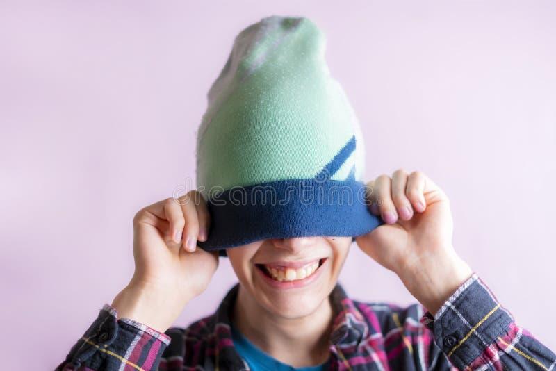 Il ritratto di giovane maschio bello ha messo sopra ed indossare la f isolata cappello fotografie stock libere da diritti