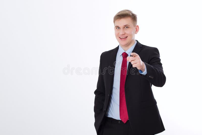 Il ritratto di giovane uomo d'affari sorridente felice che indica su voi ha isolato su fondo bianco Copi lo spazio e derida su Co fotografia stock