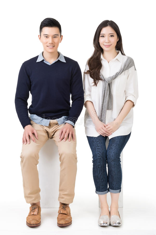 Il ritratto di giovani coppie asiatiche si siede fotografia stock libera da diritti