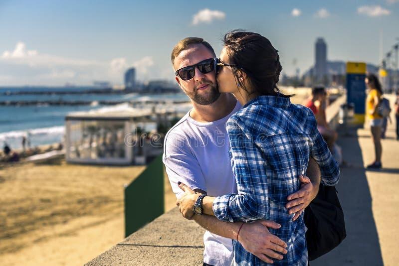 Il ritratto di giovani e coppie attraenti si chiude sullo stare accanto alla spiaggia sabbiosa fotografia stock libera da diritti