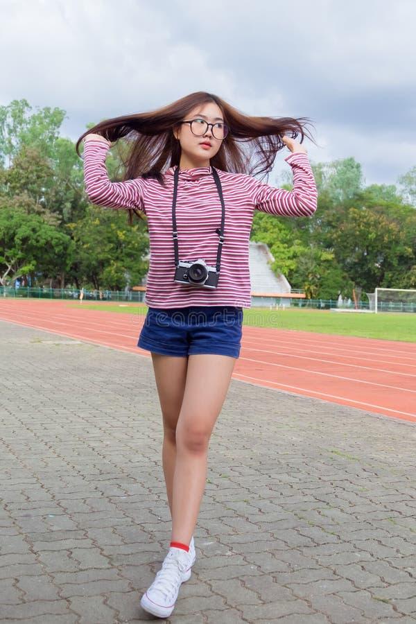 Il ritratto di modo di usura teenager della ragazza dei pantaloni a vita bassa casuale riscalda immagini stock libere da diritti
