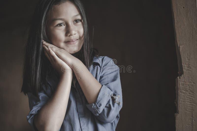 Il ritratto di piccola ragazza povera della Tailandia ha perso nei pensieri profondi, povertà, bambini poveri fotografia stock libera da diritti
