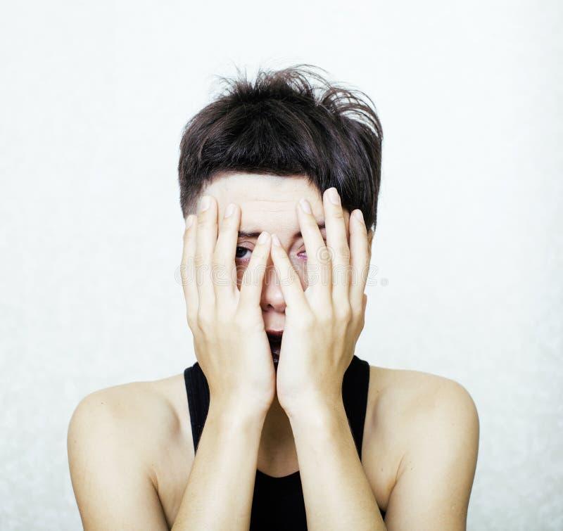 Il ritratto di sembrare adolescente della ragazza cattivo come il drogato, sociale pubblica il concetto fotografia stock