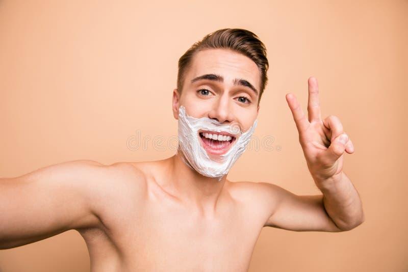 Il ritratto di spensierato, trascurato, si rallegra l'uomo in schiuma per la rasatura sopra fotografia stock libera da diritti