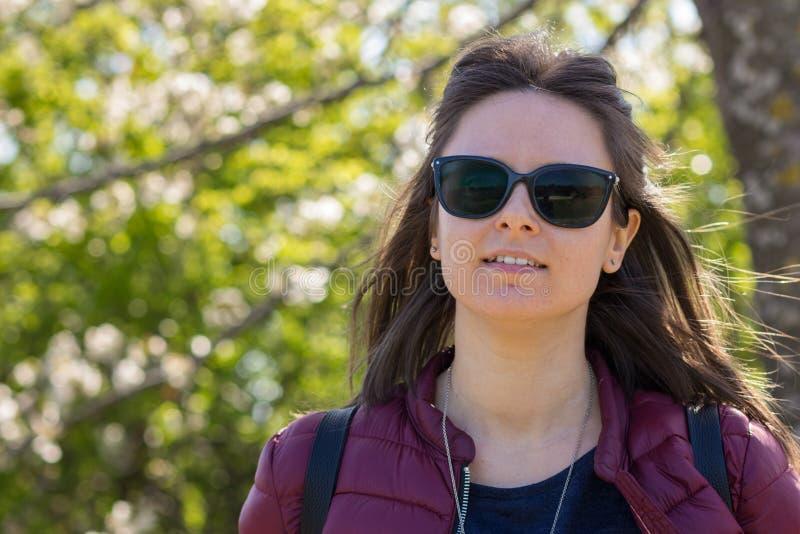 Il ritratto di Stefania al parco in molla in anticipo immagini stock libere da diritti