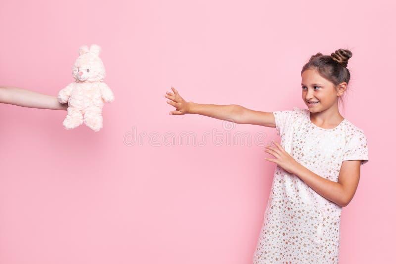 Il ritratto di un adolescente maturo, una ragazza rifiuta un giocattolo che è offerto lei immagini stock