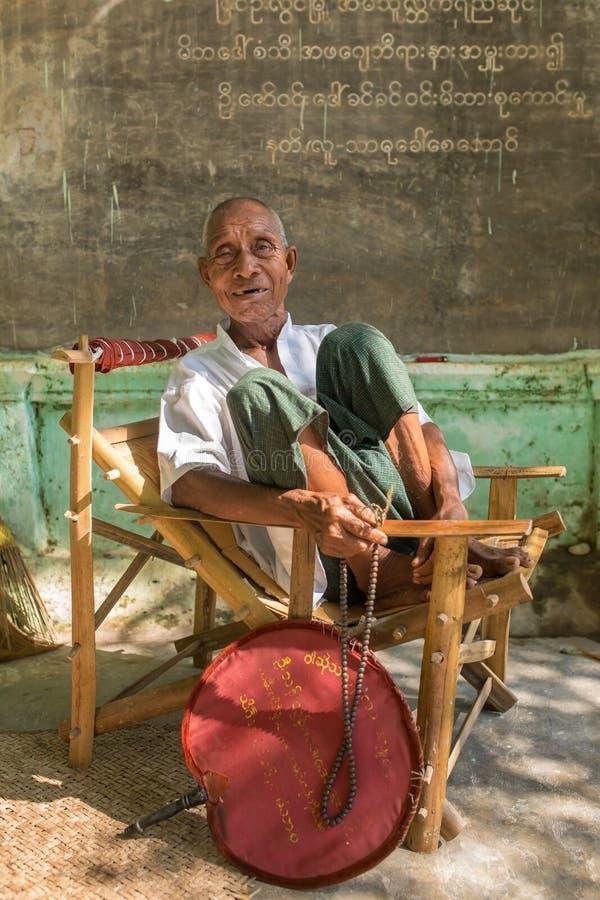 Il ritratto di un uomo anziano birmano non identificato con i buddisti borda in Monywa, Myanmar fotografia stock libera da diritti