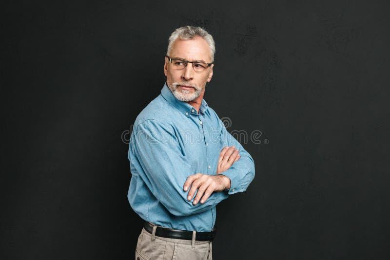 Il ritratto di un uomo maturo sicuro si è vestito in camicia immagine stock libera da diritti