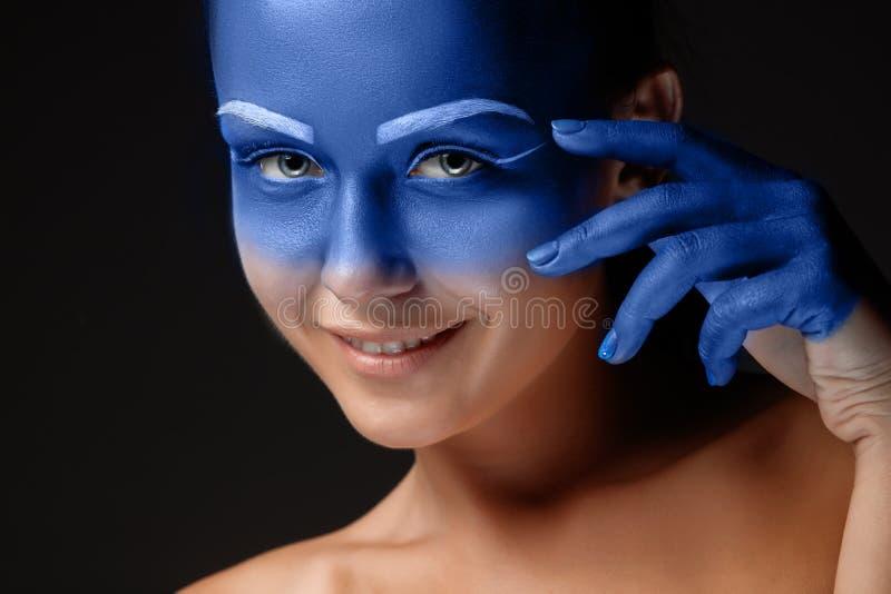 Download Il Ritratto Di Una Donna Che Sta Posando Ha Coperto Immagine Stock - Immagine di vernice, estratto: 56886171