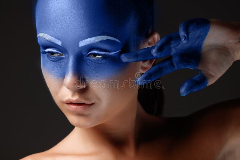 Download Il Ritratto Di Una Donna Che Sta Posando Ha Coperto Fotografia Stock - Immagine di vernice, background: 56886256