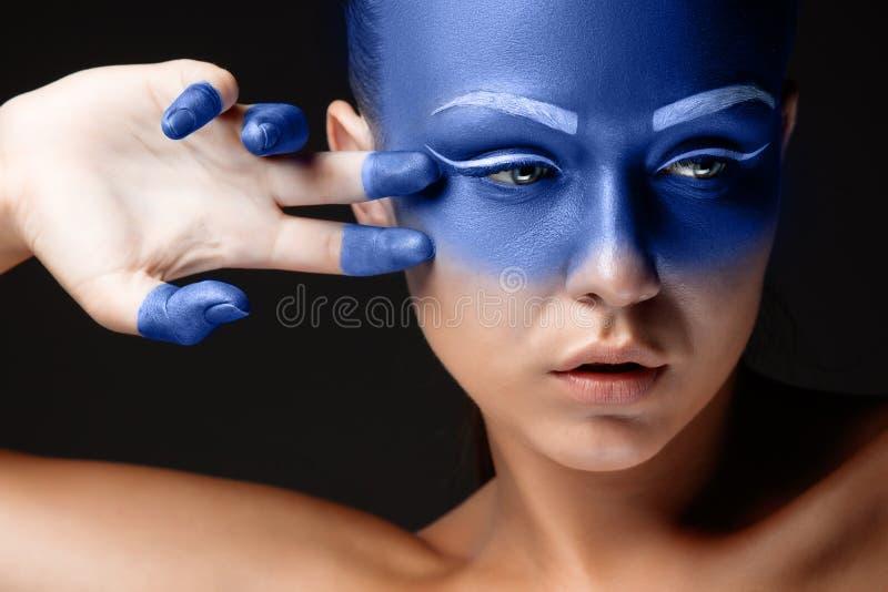 Download Il Ritratto Di Una Donna Che Sta Posando Ha Coperto Immagine Stock - Immagine di femmina, estratto: 56886437