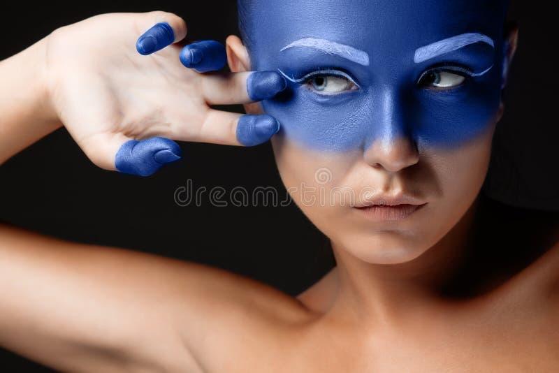 Download Il Ritratto Di Una Donna Che Sta Posando Ha Coperto Immagine Stock - Immagine di trucco, verniciato: 56887145