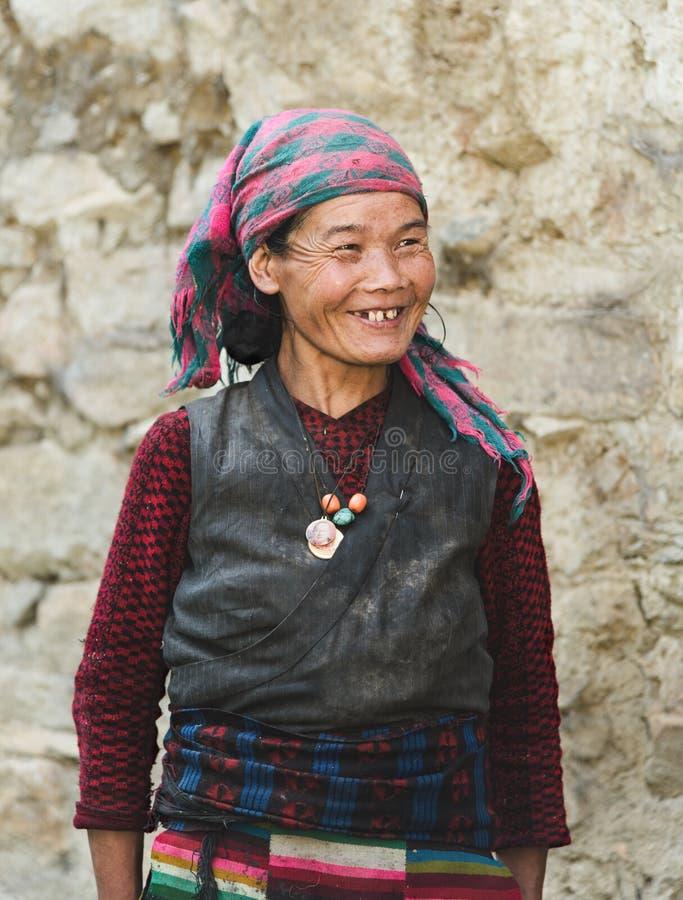 Il ritratto di una donna nepalese sorridente anziana in cittadino copre il nea fotografia stock