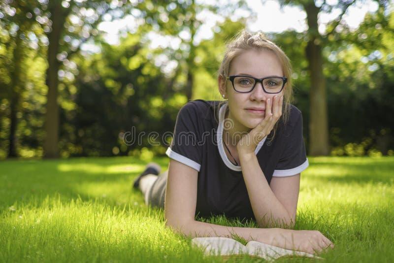 Il ritratto di una giovane donna che sembra premurosa fotografia stock libera da diritti