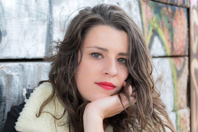 Il ritratto di una giovane donna graziosa con gli occhi verdi guarda immagini stock