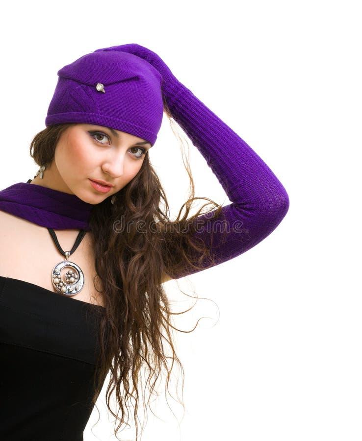 La donna nel bianco tricotta il cappello ed i guanti delle lane immagine stock libera da diritti