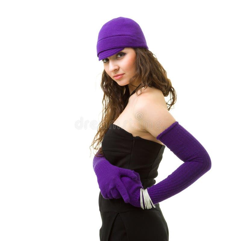 La donna nel bianco tricotta il cappello ed i guanti delle lane fotografia stock libera da diritti