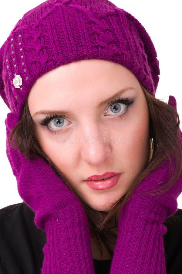 La donna nel bianco tricotta il cappello ed i guanti delle lane fotografie stock