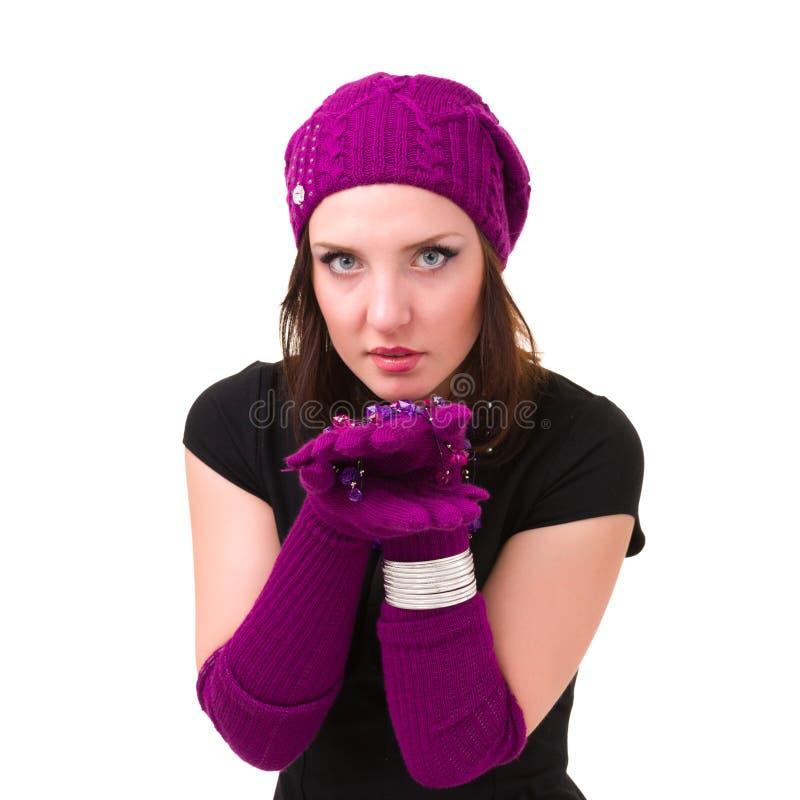 La donna nel bianco tricotta il cappello ed i guanti delle lane immagine stock