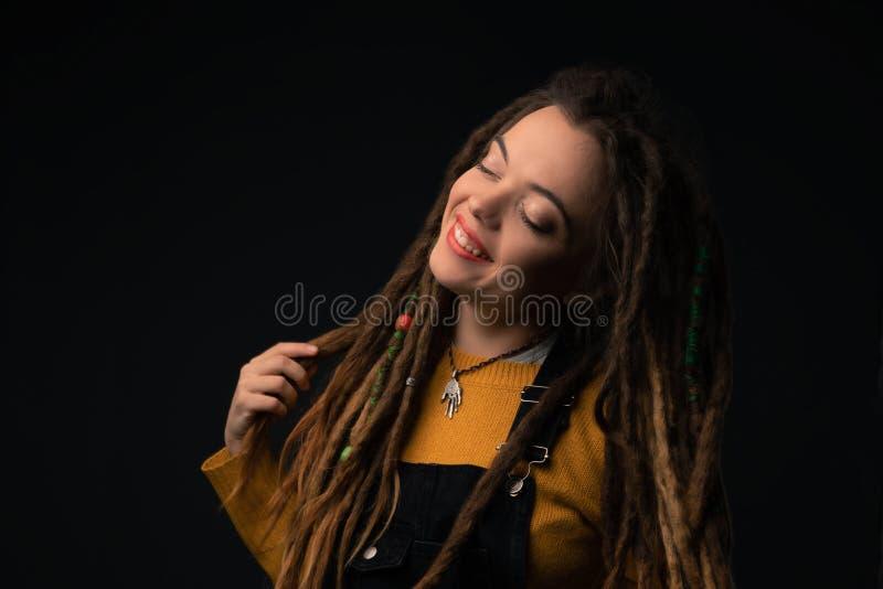Il ritratto di una ragazza con teme su fondo nero fotografia stock libera da diritti