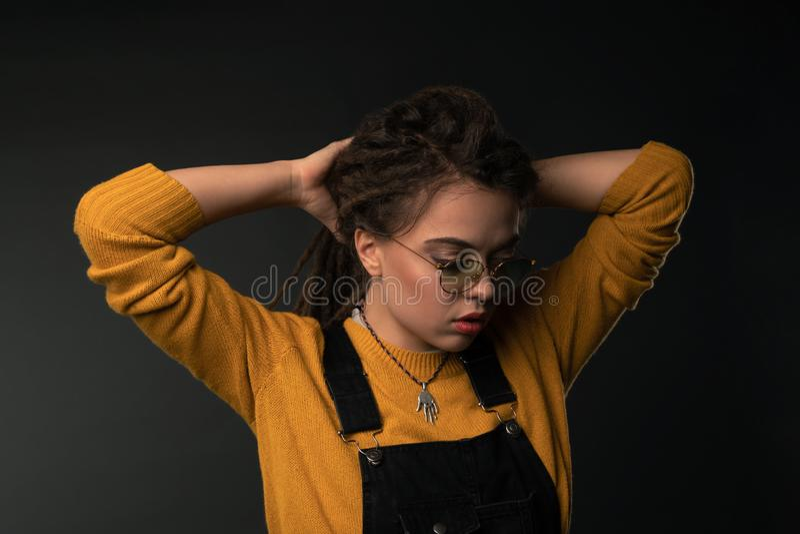 Il ritratto di una ragazza con teme su fondo nero fotografie stock