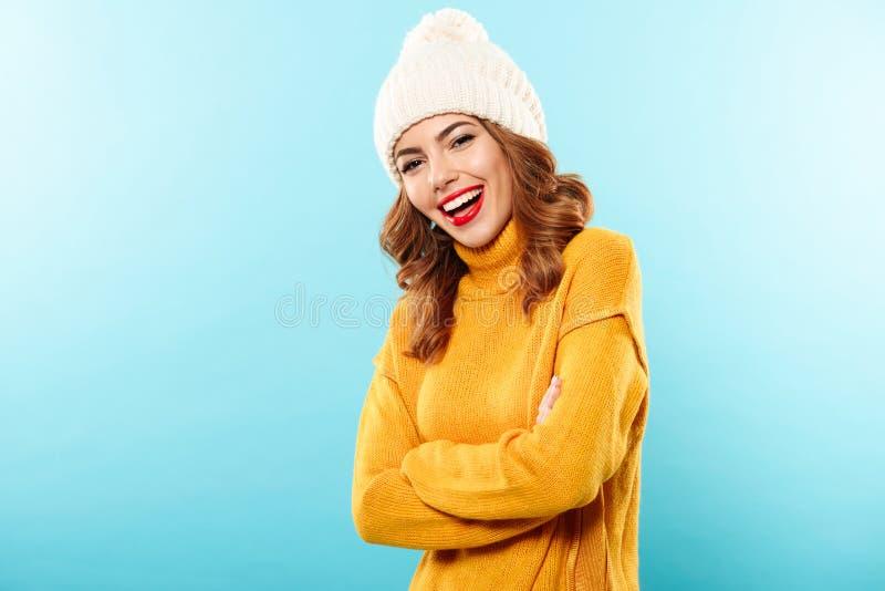 Il ritratto di una ragazza hppy si è vestito in vestiti dell'inverno fotografia stock