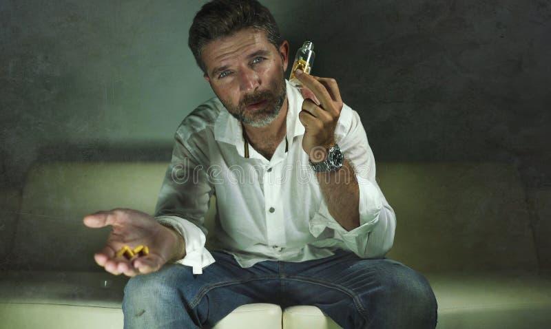 Il ritratto drammatico di giovani pillole depresse e sprecate attraenti si dedica l'uomo che tiene la bottiglia antidepressiva de fotografie stock