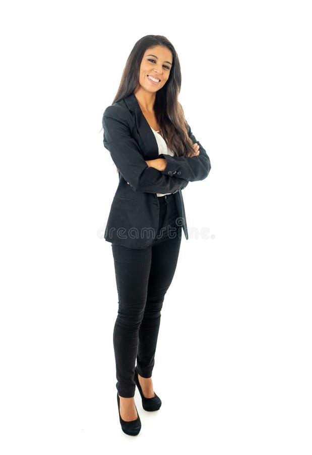 Il ritratto integrale di bella donna di affari latina che sorride e che fa sfoglia sulla condizione del segno isolato su un fondo immagini stock