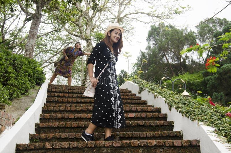 Il ritratto tailandese delle donne dei viaggiatori per prende la foto sulle scala fotografia stock libera da diritti