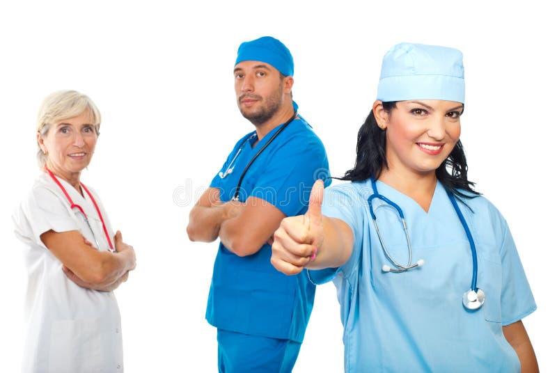Il riuscito gruppo di medici dà i pollici fotografia stock