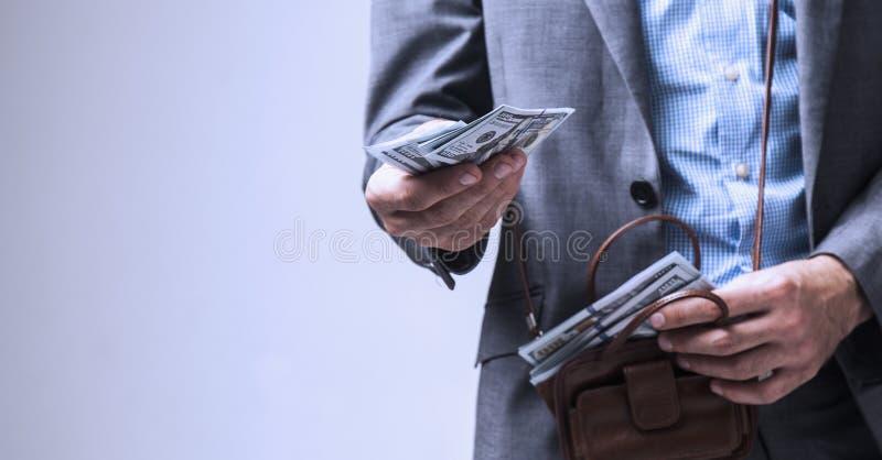Il riuscito uomo d'affari vi presta libertà dei soldi, il successo, soldi immagine stock