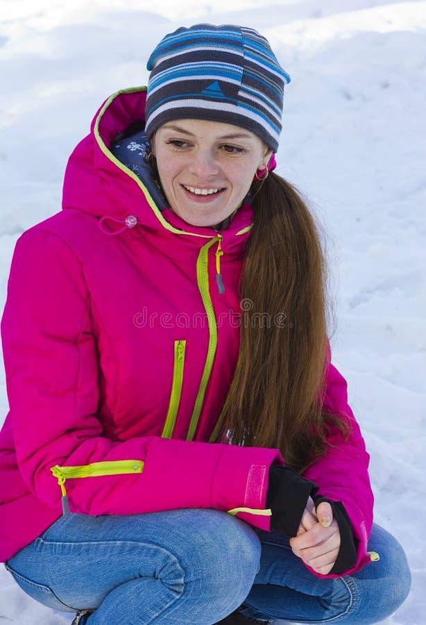Il rivestimento della ragazza in rosso, occupante fotografie stock