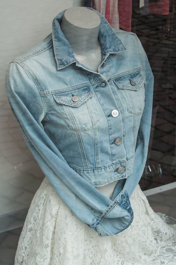 il rivestimento ed il bianco delle blue jeans si vestono sul manichino nel wom immagini stock libere da diritti