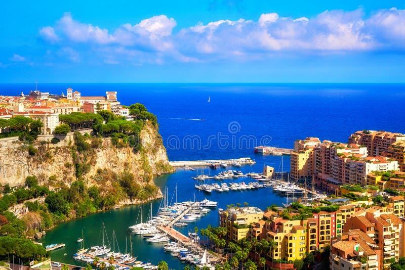 Il Rocher, Fontvieille ed il suo porto ed il mar Mediterraneo fotografie stock libere da diritti