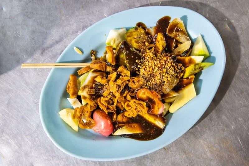 Il rojak popolare della frutta di Penang è servito con la pasta e le arachidi del gamberetto immagini stock