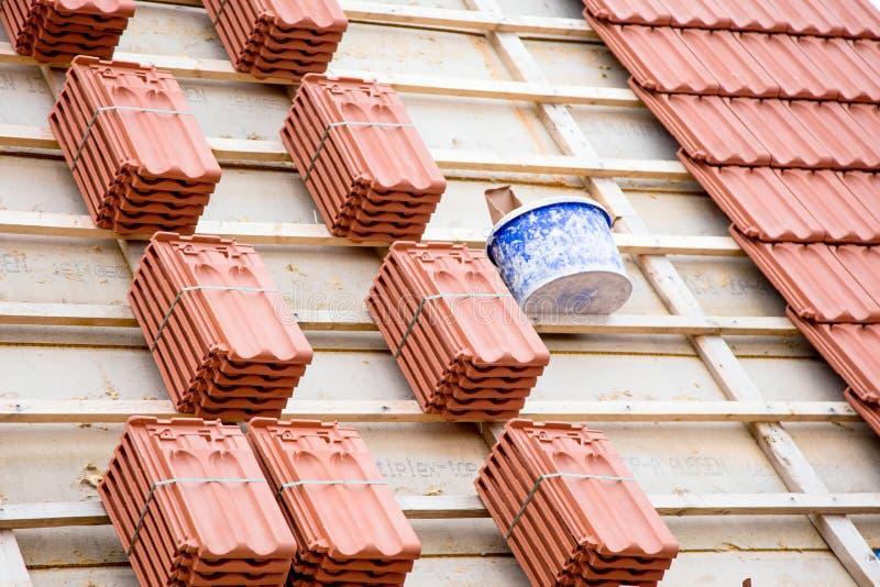 Il Roofer che lavora alla struttura di tetto di costruzione sulla costruzione si siede immagini stock libere da diritti