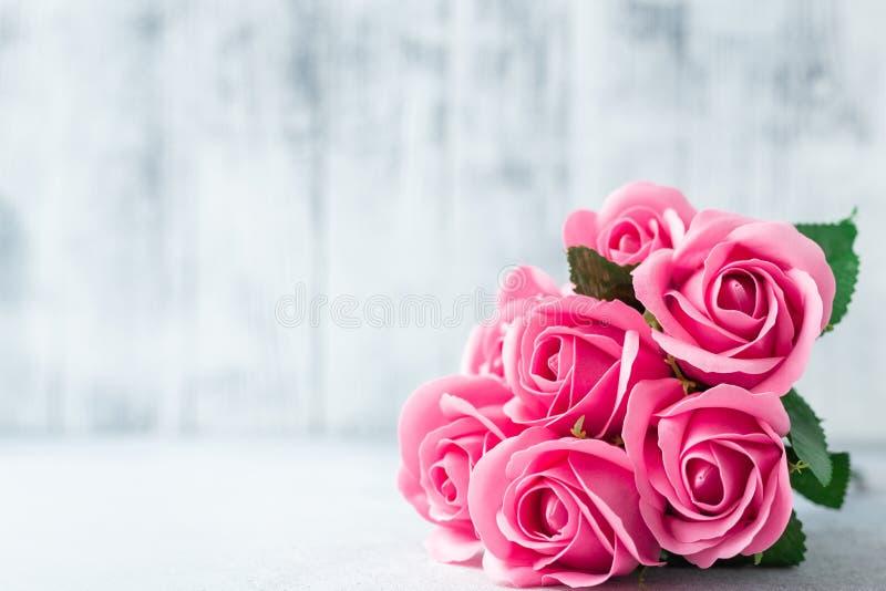 Il rosa è aumentato mazzo dei fiori sui bei fiori del fondo di legno bianco fotografia stock libera da diritti