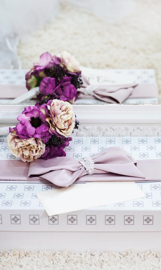 Il rosa è aumentato regalo nuziale del matrimonio di nozze della scatola bianca dell'invito della cartolina d'auguri del pizzo immagini stock libere da diritti