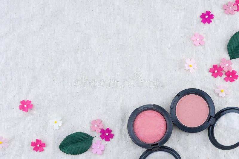 Il rosa arrossisce decora con i fiori di carta del tono rosa immagini stock libere da diritti