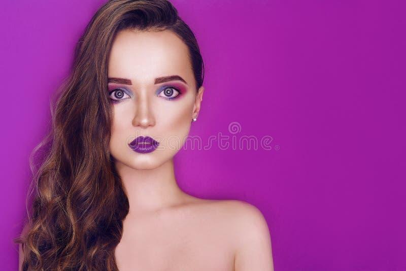 Il rosa creativo ed il blu della donna del modello di moda compongono Ritratto di arte di bellezza di bella ragazza con trucco as fotografia stock libera da diritti