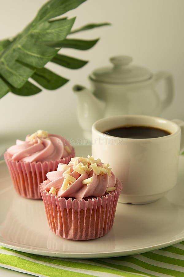 Il rosa, strawbery, bigné della frutta isoalted Dessert dolce, crostate con crema Alimento di compleanno, dolce, muffin Palma, fo fotografia stock libera da diritti