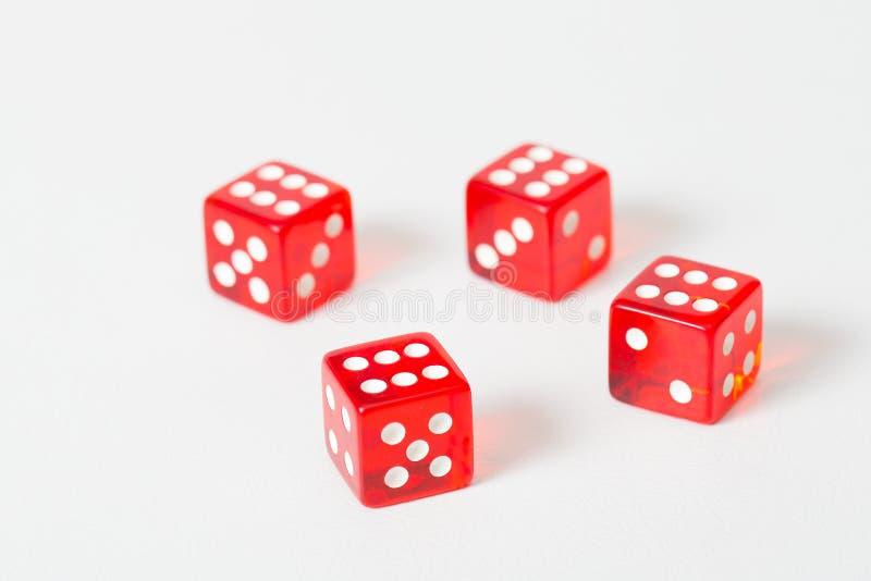 Il rosso del gioco taglia il bianco a cubetti isolato con il risultato massimo fotografia stock libera da diritti