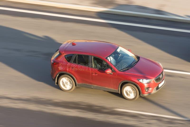 Il rosso dell'incrocio di Mazda guida la strada principale La Russia St Petersburg 6 luglio 2018 fotografia stock