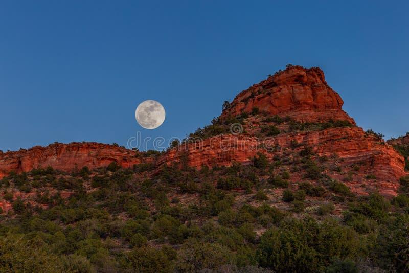 Il rosso di Sedona oscilla le sorgere della luna fotografia stock libera da diritti