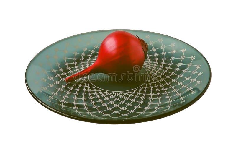 Il rosso ha affettato la cipolla isolata su fondo bianco fotografia stock libera da diritti