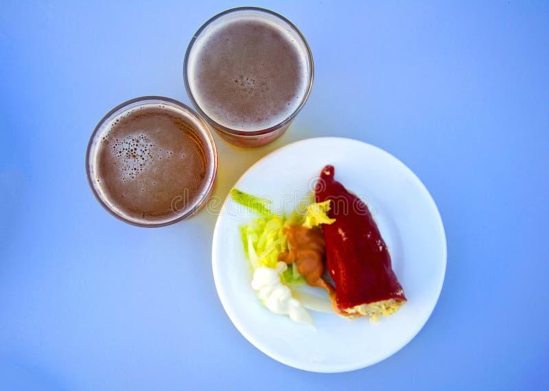 Il rosso ha farcito la carta con insalata e la salsa sul piatto bianco e due sono fotografie stock libere da diritti