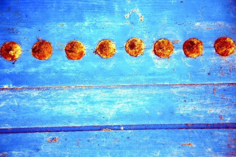 Download Il Rosso Ha Spogliato La Pittura In Porta Di Legno Blu Ed In Chiodo Arrugginito Immagine Stock - Immagine di morocco, giorno: 56878881