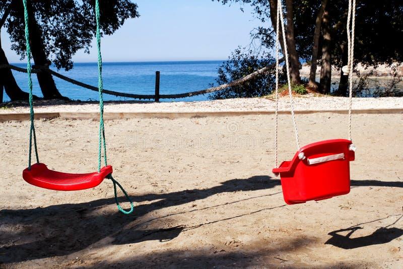 Il rosso oscilla alla spiaggia dal mare immagine stock libera da diritti