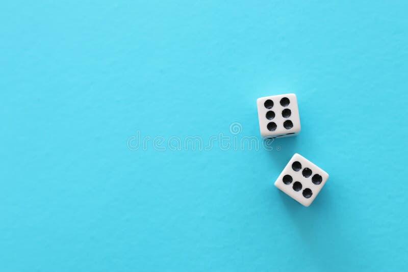Il rotolamento taglia sopra fondo blu Concetto di gioco del casin? fotografie stock libere da diritti